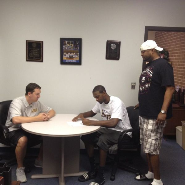 Rashard Owens signs with the Pilots